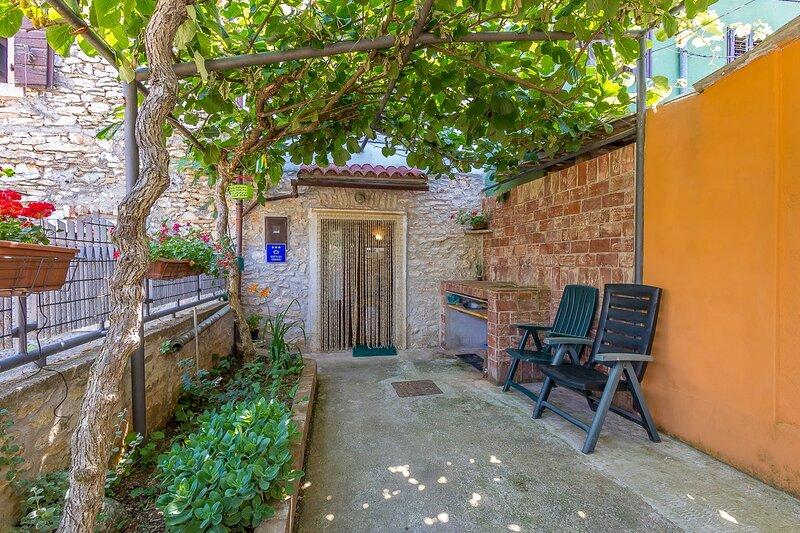 Sisan Holiday Home Sleeps 5 with Air Con and WiFi - 5833543, aluguéis de temporada em Sisan