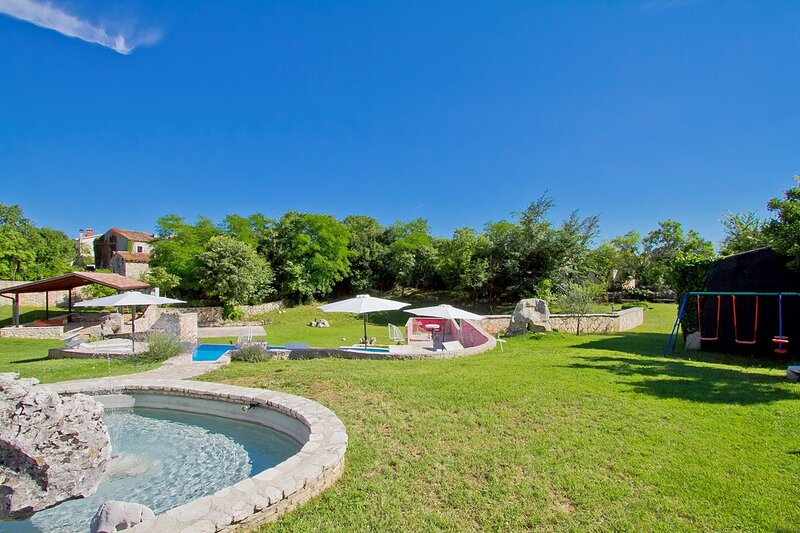 Nedescina Holiday Home Sleeps 10 with Pool Air Con and WiFi - 5833485, location de vacances à Jurazini