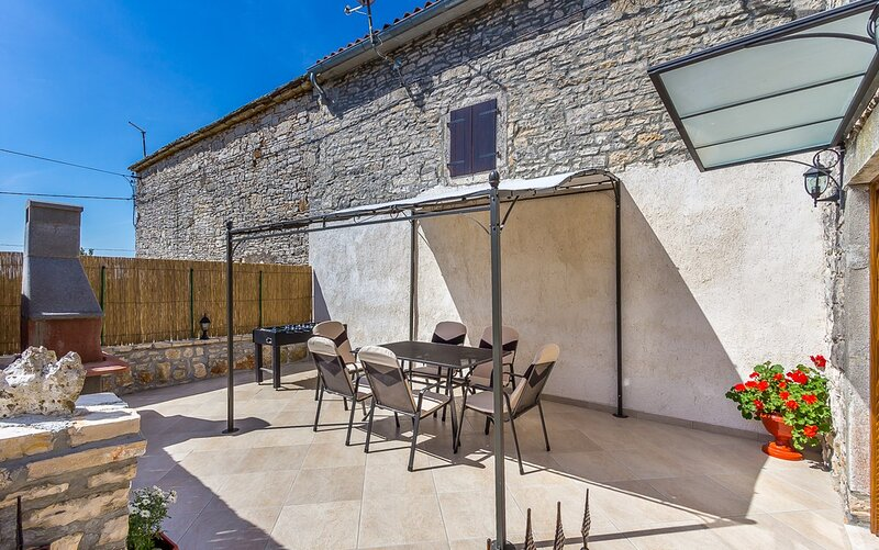 Bibici Holiday Home Sleeps 6 with Pool Air Con and WiFi - 5833492, location de vacances à Stokovci