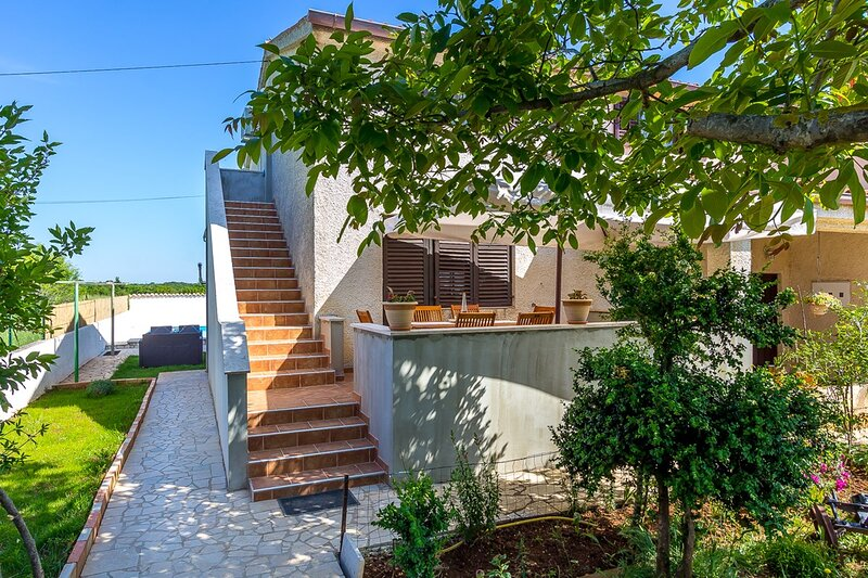 Loborika Apartment Sleeps 6 with Pool Air Con and WiFi - 5833336, aluguéis de temporada em Loborika