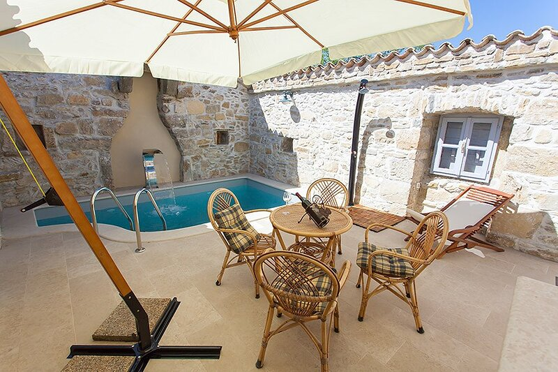Krbune Holiday Home Sleeps 4 with Pool Air Con and WiFi - 5833505, holiday rental in Jakomici