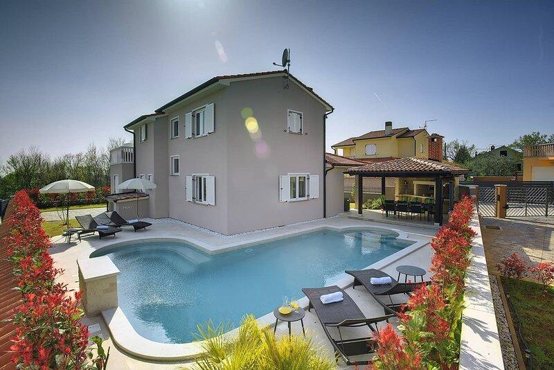 Loborika Holiday Home Sleeps 8 with Pool Air Con and WiFi - 5833575, aluguéis de temporada em Loborika