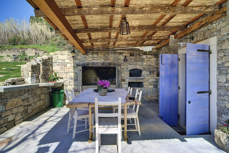 Groznjan Holiday Home Sleeps 8 with Pool Air Con and WiFi - 5833577, holiday rental in Vizintini Vrhi