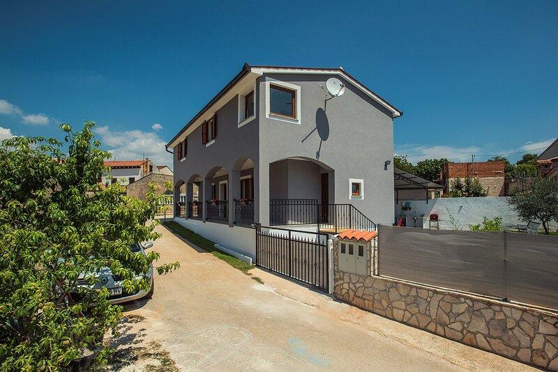 Loborika Holiday Home Sleeps 6 with Pool Air Con and WiFi - 5833702, aluguéis de temporada em Loborika