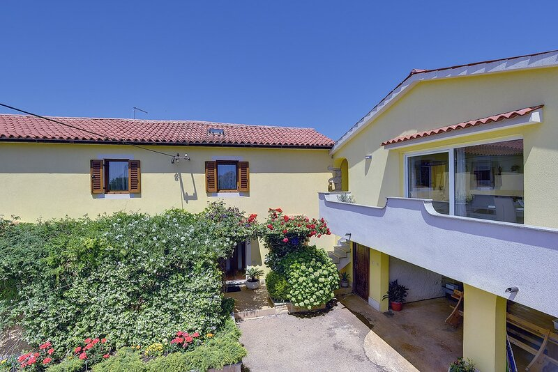 Pula Apartment Sleeps 7 with Air Con and WiFi - 5833596, vacation rental in Valtura