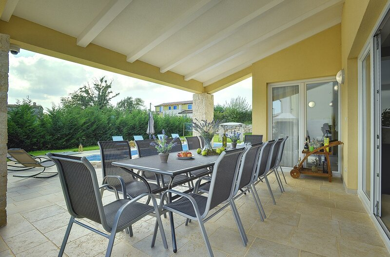 Tomisici Holiday Home Sleeps 12 with Pool Air Con and WiFi - 5833711, vacation rental in Ferlini
