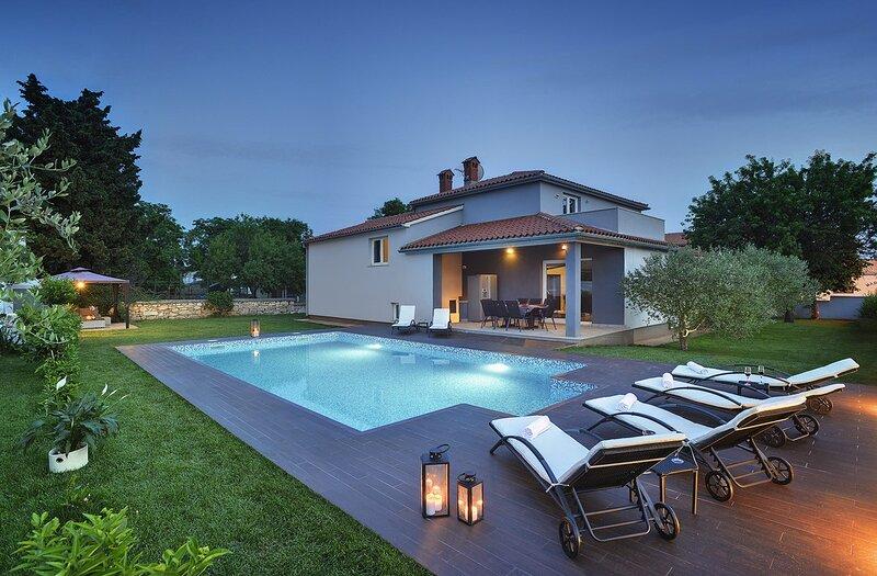 Vinkuran Holiday Home Sleeps 9 with Pool Air Con and WiFi - 5833652, holiday rental in Vinkuran