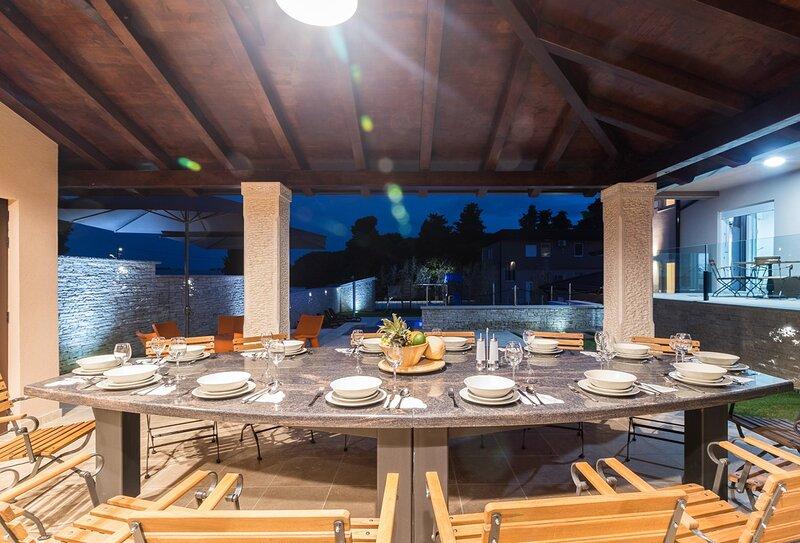Loborika Holiday Home Sleeps 18 with Pool Air Con and WiFi - 5833655, aluguéis de temporada em Loborika