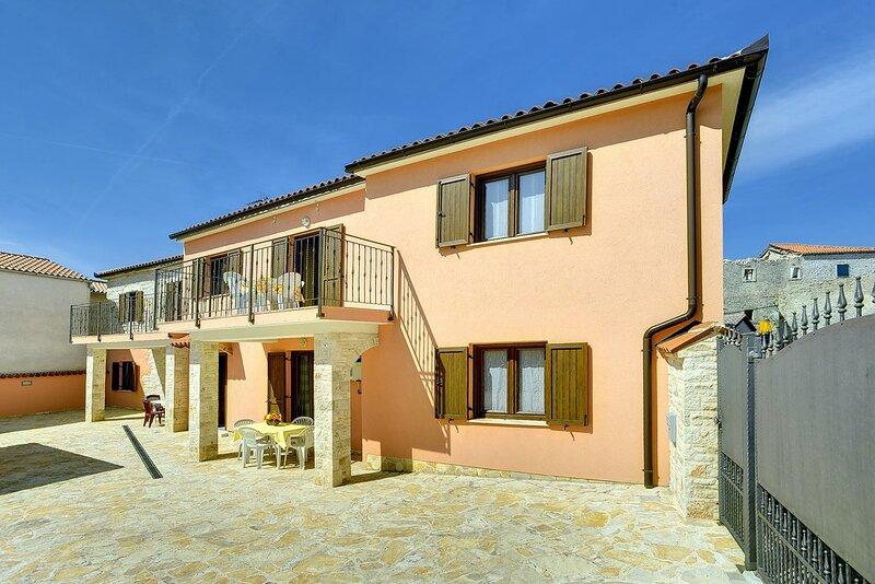Sisan Apartment Sleeps 4 with Air Con and WiFi - 5833657, aluguéis de temporada em Sisan