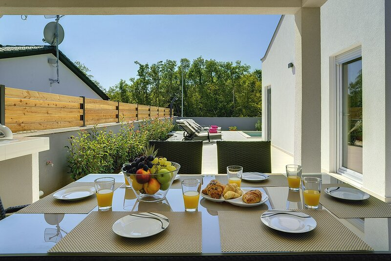 Rebici Holiday Home Sleeps 6 with Pool Air Con and WiFi - 5833610, location de vacances à Rebici