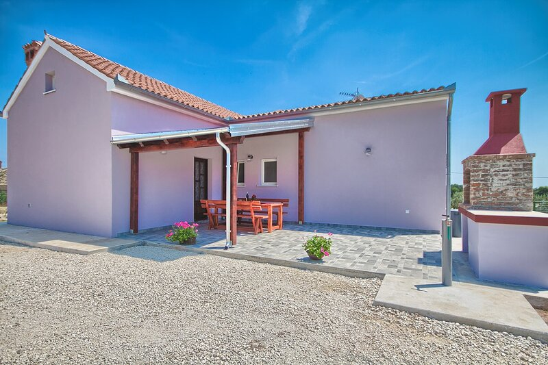 Valtura Holiday Home Sleeps 6 with Air Con and WiFi - 5833724, vacation rental in Valtura