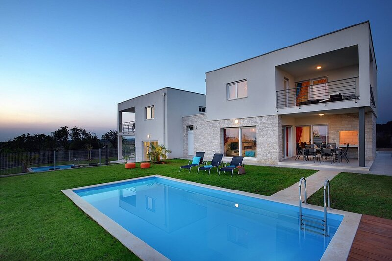 Buzinija Holiday Home Sleeps 8 with Pool Air Con and WiFi - 5833726, location de vacances à Fiorini