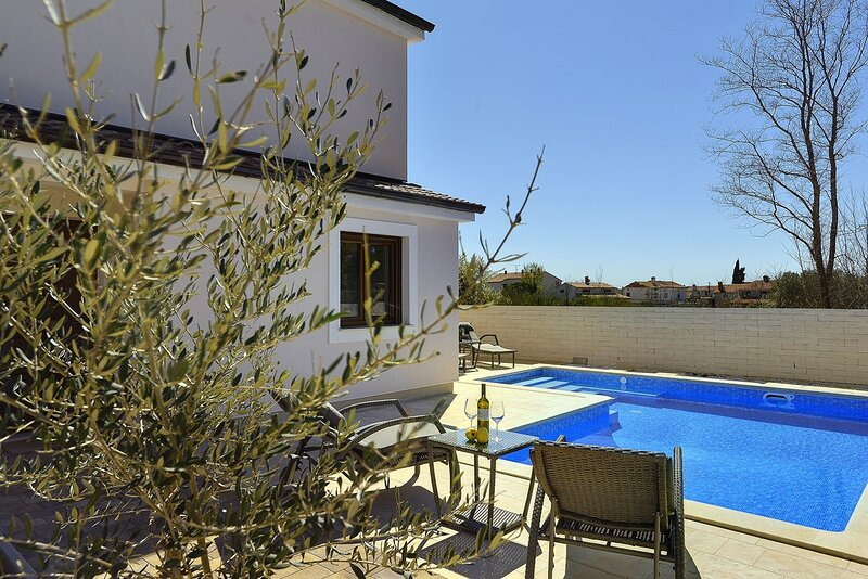 Segotici Holiday Home Sleeps 8 with Pool Air Con and WiFi - 5833621, holiday rental in Pavicini