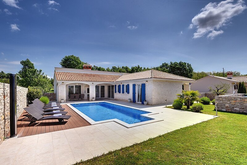 Barban Holiday Home Sleeps 8 with Pool Air Con and WiFi - 5833740, holiday rental in Ruzici