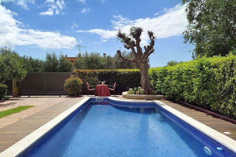 Sisan Holiday Home Sleeps 8 with Pool Air Con and WiFi - 5833629, aluguéis de temporada em Sisan