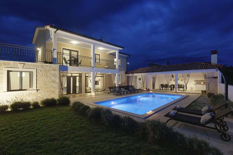 Basici Holiday Home Sleeps 16 with Pool Air Con and WiFi - 5833659, location de vacances à Baderna