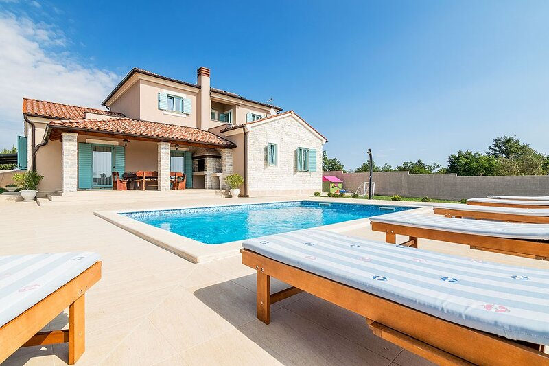 Jursici Holiday Home Sleeps 8 with Pool Air Con and WiFi - 5833667, holiday rental in Jursici