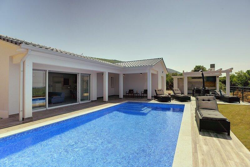 Diminici Holiday Home Sleeps 8 with Pool Air Con and WiFi - 5833687, alquiler de vacaciones en Viskovici