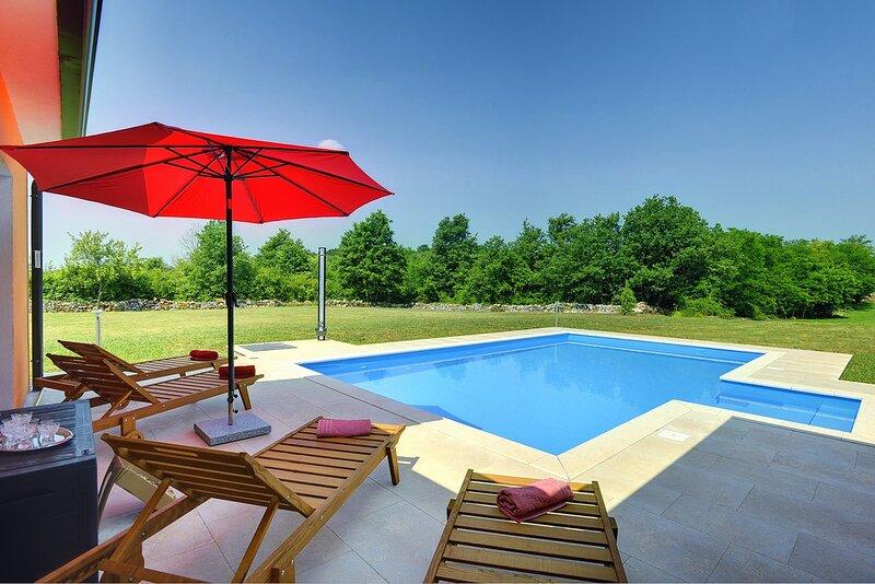 Skrapi Holiday Home Sleeps 6 with Pool Air Con and WiFi - 5833641, alquiler vacacional en Kircija