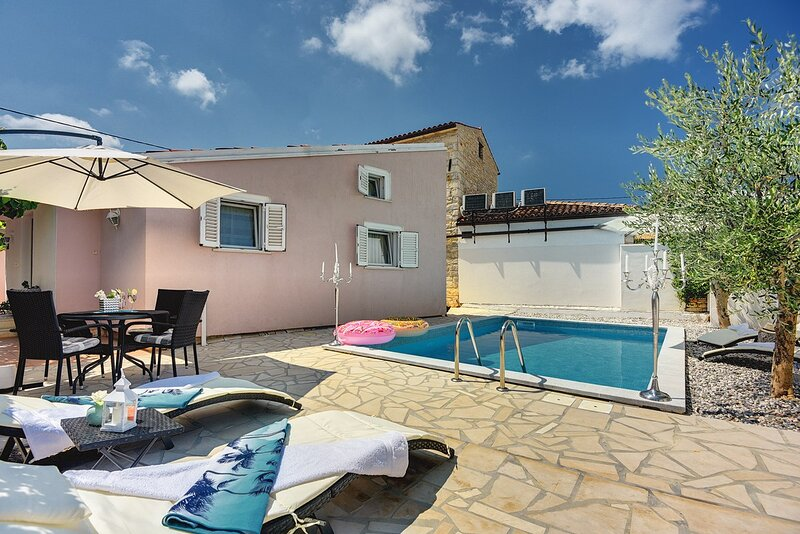 Sisan Holiday Home Sleeps 6 with Pool Air Con and WiFi - 5833692, aluguéis de temporada em Sisan