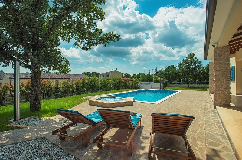 Tomisici Holiday Home Sleeps 12 with Pool Air Con and WiFi - 5833693, vacation rental in Ferlini