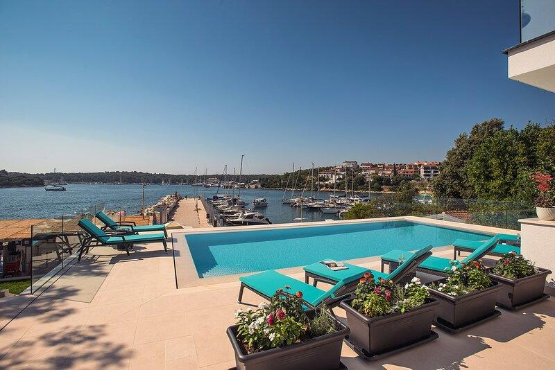 Pjescana uvala Holiday Home Sleeps 10 with Pool Air Con and WiFi - 5833695, holiday rental in Pjescana Uvala