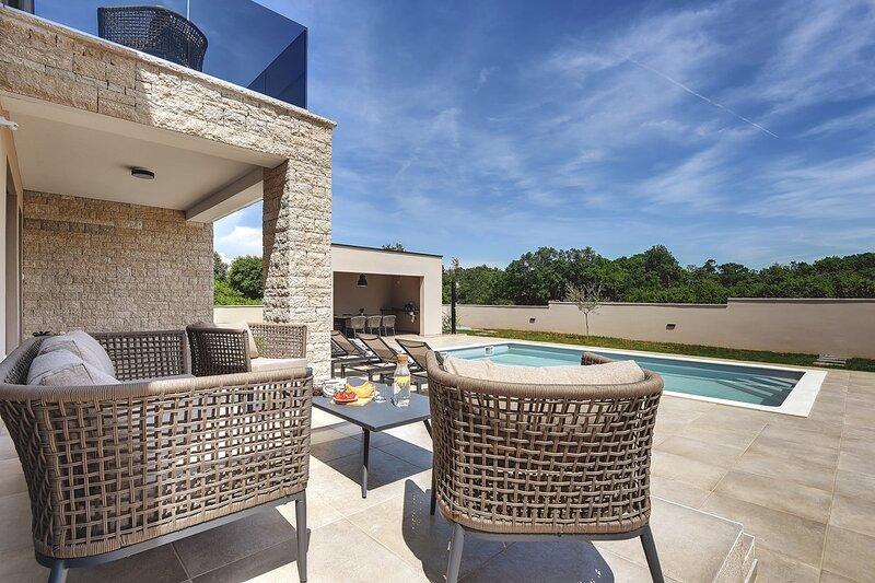 Loborika Holiday Home Sleeps 6 with Pool Air Con and WiFi - 5833767, aluguéis de temporada em Loborika