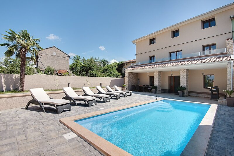 Cere Holiday Home Sleeps 6 with Pool Air Con and WiFi - 5833771, holiday rental in Foli