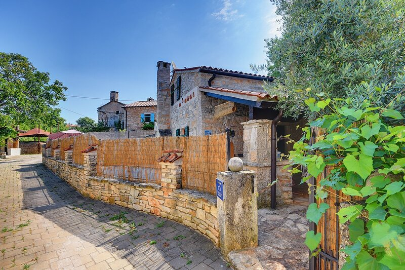 Rezanci Holiday Home Sleeps 3 with Pool Air Con and WiFi - 5833775, location de vacances à Stokovci
