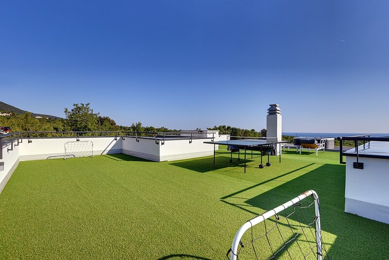 Diminici Holiday Home Sleeps 8 with Pool Air Con and WiFi - 5833776, alquiler de vacaciones en Viskovici