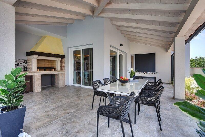 Premantura Holiday Home Sleeps 9 with Pool Air Con and WiFi - 5833778, alquiler de vacaciones en Premantura