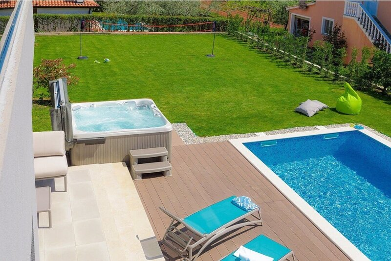 Velovici Holiday Home Sleeps 8 with Pool Air Con and WiFi - 5833800, holiday rental in Roskici