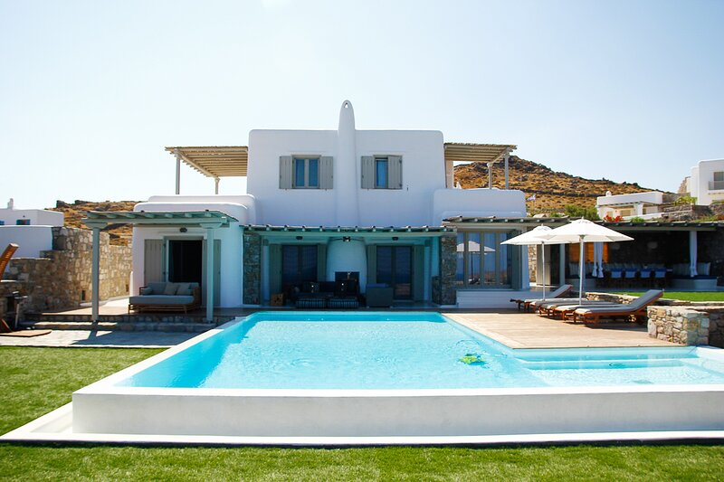 Kalafati Villa Sleeps 12 with Pool and Air Con - 5833836, Ferienwohnung in Kalo Livadi