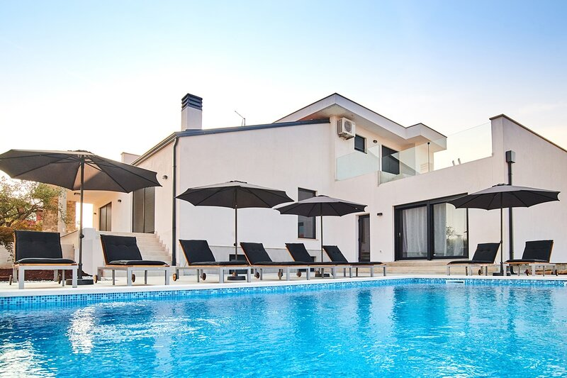 Malotija Holiday Home Sleeps 10 with Pool Air Con and WiFi - 5834183, holiday rental in Dragonja