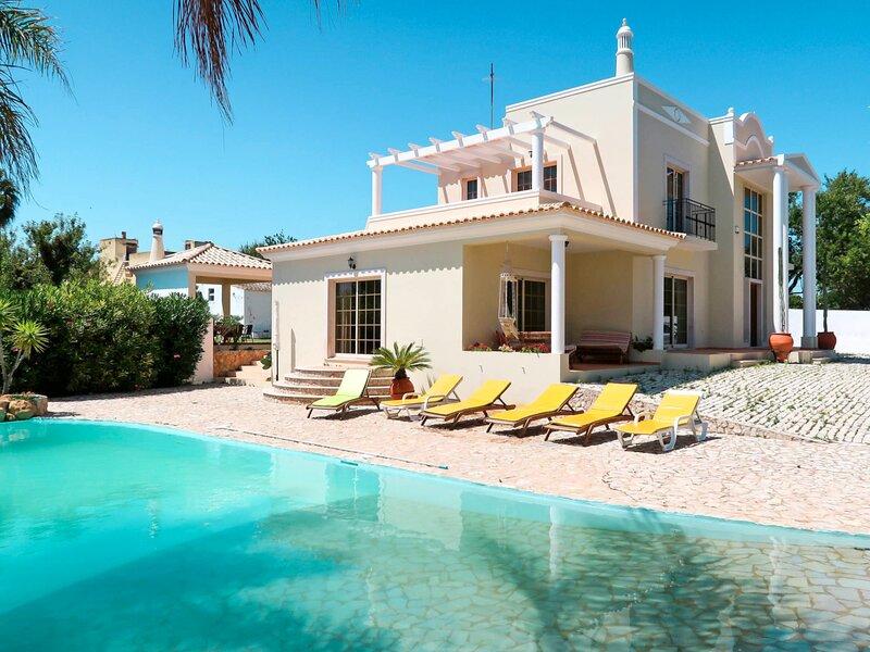 Olhao Villa Sleeps 8 with Pool and Air Con - 5835199, casa vacanza a Ilha Do Farol