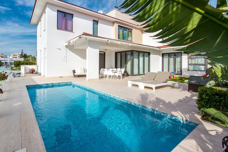 Agios Nikolaos Villa Sleeps 16 with Pool and Air Con - 5835437, location de vacances à Aradippou