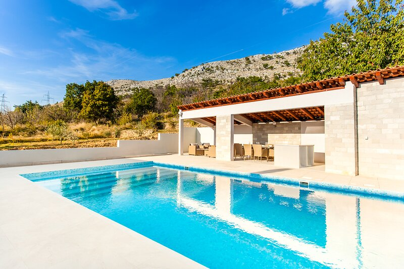 Srinjine Villa Sleeps 8 with Pool and Air Con - 5835444, holiday rental in Tugare