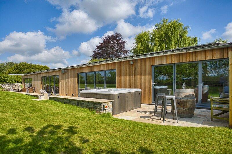 Langport Villa Sleeps 16 with Pool - 5835448, location de vacances à Montacute