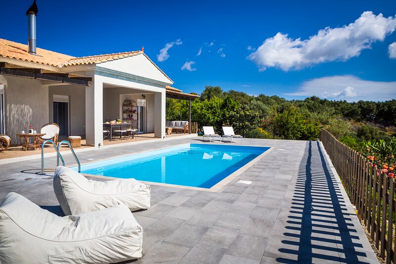 Mantzavinata Villa Sleeps 6 with Pool and Air Con - 5836406, holiday rental in Kounopetra