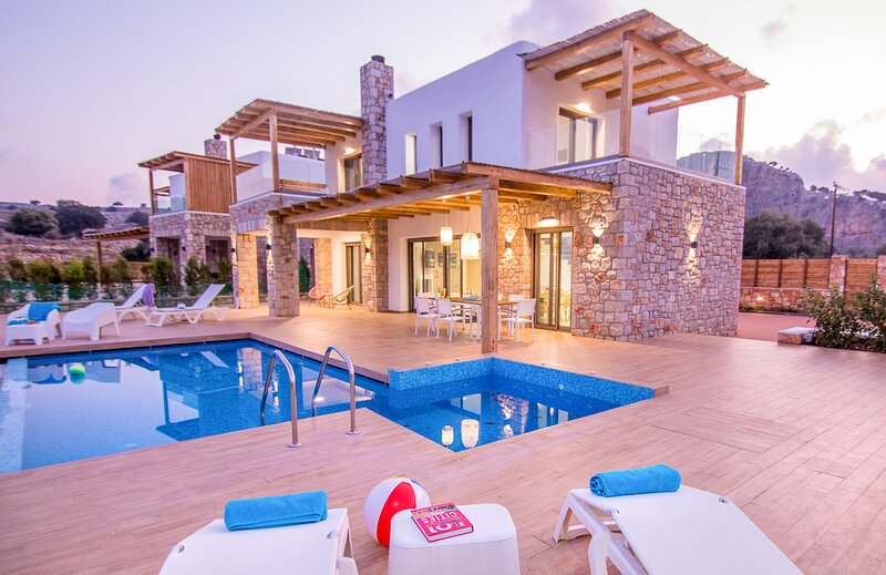 Pefki Villa Sleeps 6 with Pool and Air Con - 5835980, aluguéis de temporada em Pefki