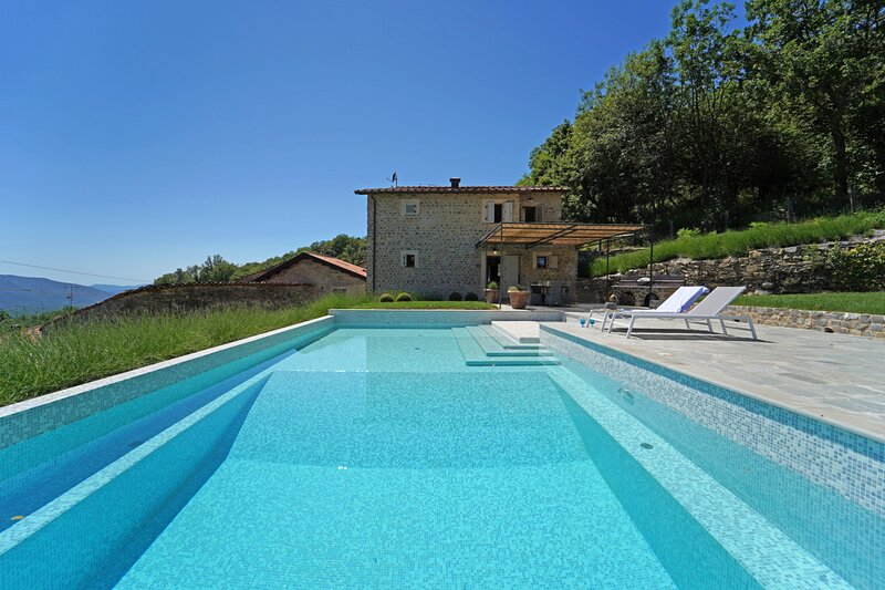 Licciana Nardi Villa Sleeps 6 with Pool and Air Con - 5836256, holiday rental in Tavernelle