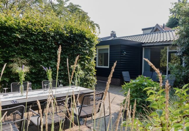 Het Woud Bungalow Sleeps 8 with WiFi - 5871727, holiday rental in Egmond aan den Hoef