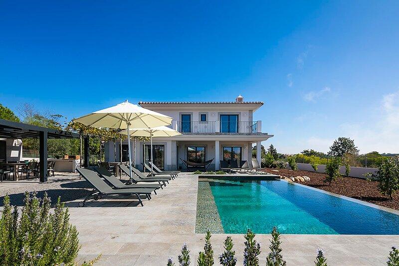 Rocha Brava Villa Sleeps 12 with Pool and Air Con - 5872630, holiday rental in Lagoa