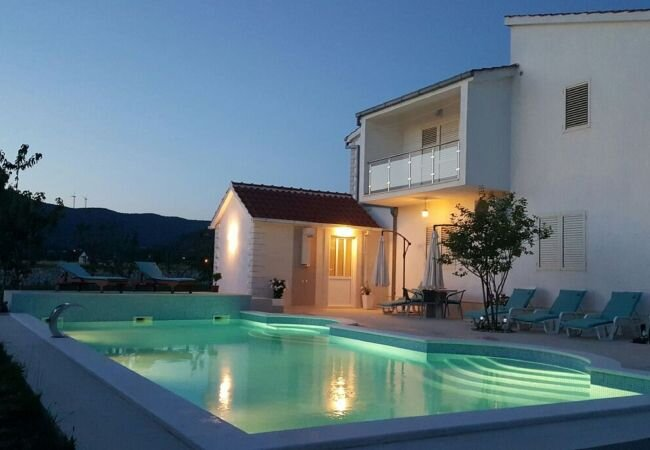 Neoric Villa Sleeps 14 with Pool Air Con and WiFi - 5872371, vacation rental in Donje Ogorje