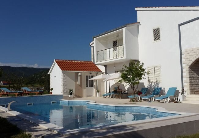 Neoric Villa Sleeps 8 with Pool Air Con and WiFi - 5872376, vacation rental in Donje Ogorje