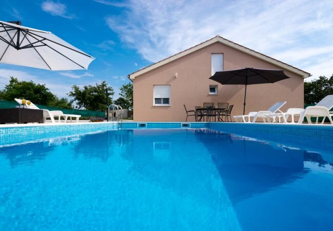 Alic Holiday Home Sleeps 8 with Pool Air Con and WiFi - 5872750, vacation rental in Policnik