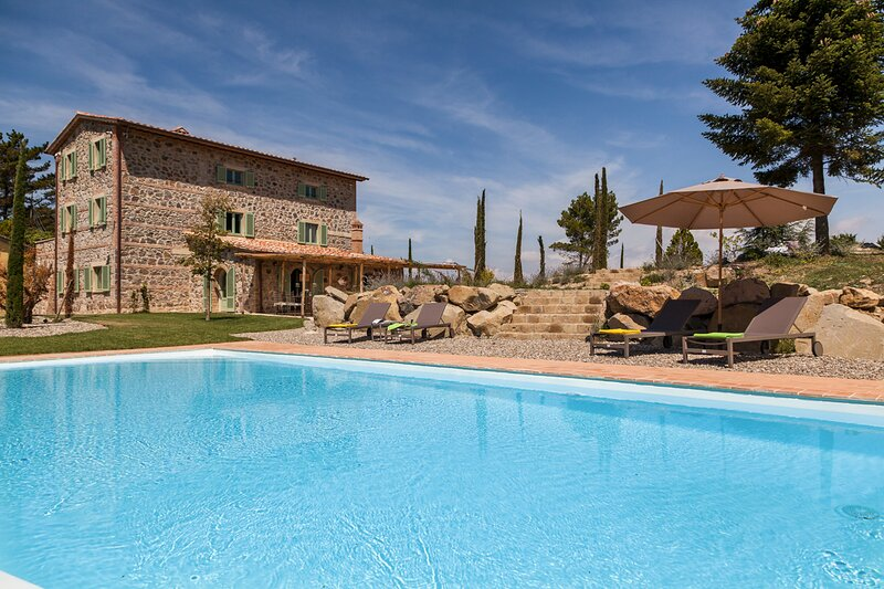 Radicofani Villa Sleeps 11 with Pool and Air Con - 5872733, casa vacanza a Piancastagnaio