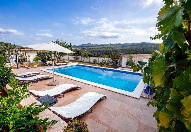 Obrovac Villa Sleeps 7 with Pool Air Con and WiFi - 5874165, location de vacances à Gracac