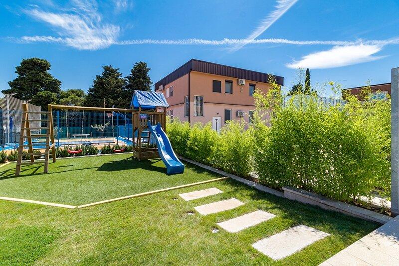 Loborika Holiday Home Sleeps 10 with Pool Air Con and WiFi - 5874253, aluguéis de temporada em Loborika