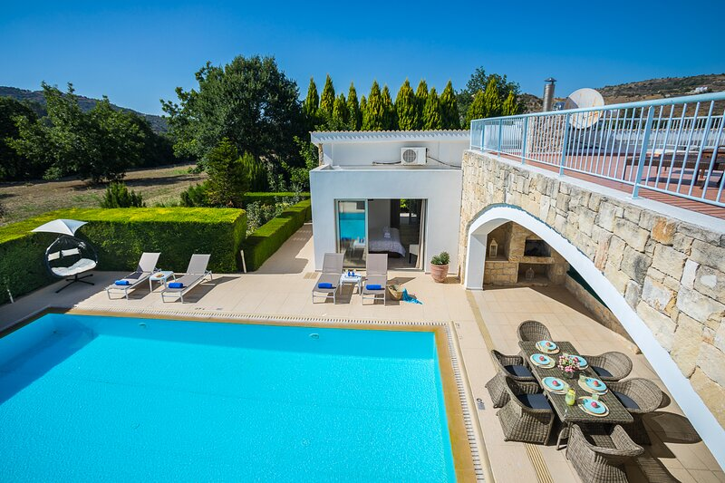 Giolou Villa Sleeps 6 with Pool and Air Con - 5873660, vacation rental in Kato Akourdalia